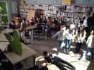 Klasa 0 i 3 na lekcji bibliotecznej_11